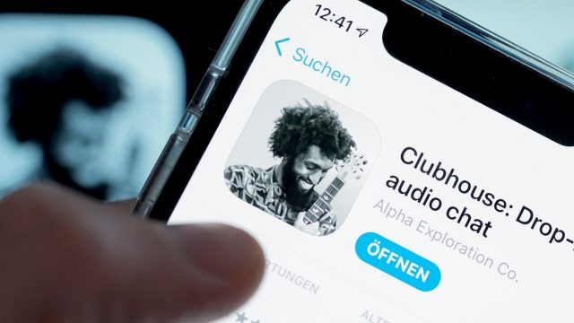 Daumen über iPhone-Display mit Clubhouse-App