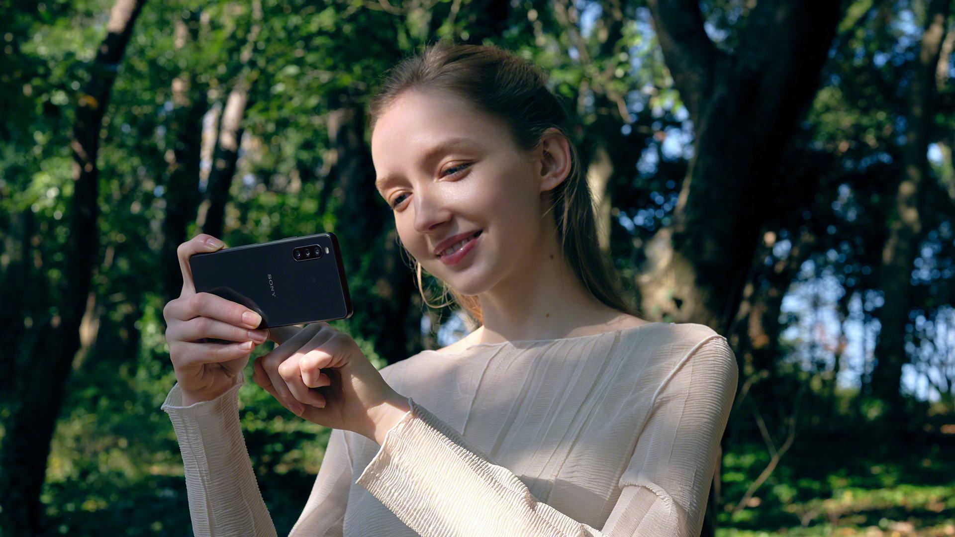 Eine Frau macht ein Foto mit dem neuen Sony Xperia 10 III 5G.