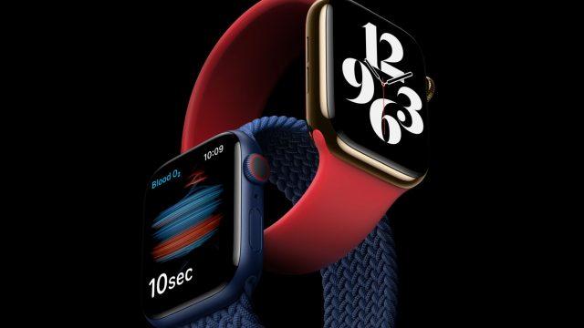 Zwei Apple Watch 6 vor schwarzem Hintergrund