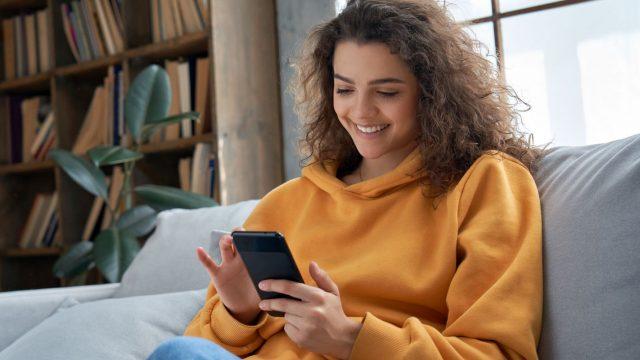 Frau tippt auf Google-Pixel-Smartphone.