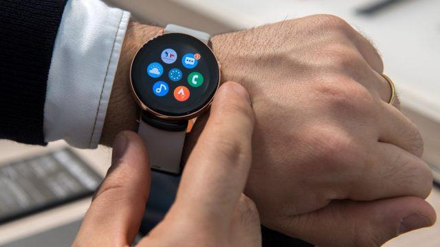 Mann trägt die Galaxy Watch Active2 von Samsung.