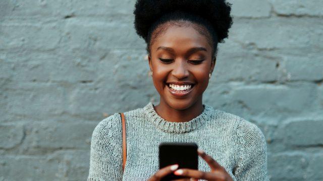 Frau schaut auf ihr Smartphone.