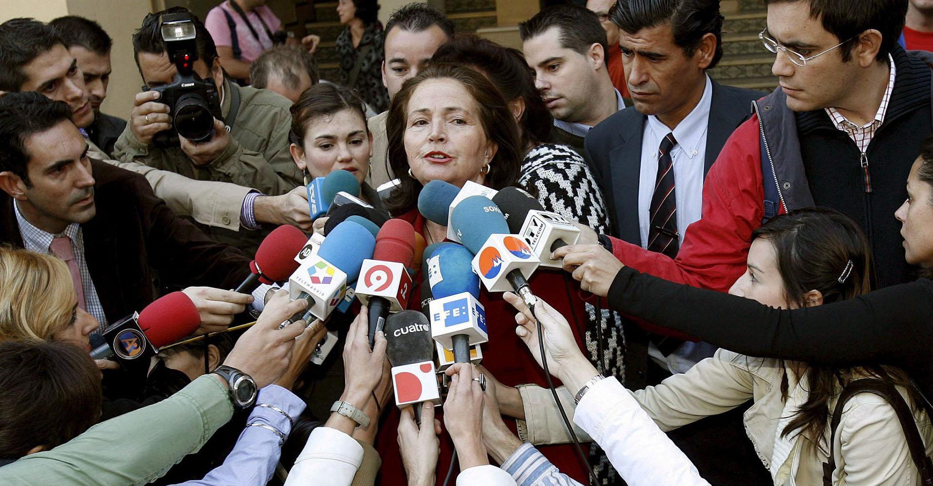 Alicia Hornos gibt ein Statement zum Mord an der Costa del Sol ab