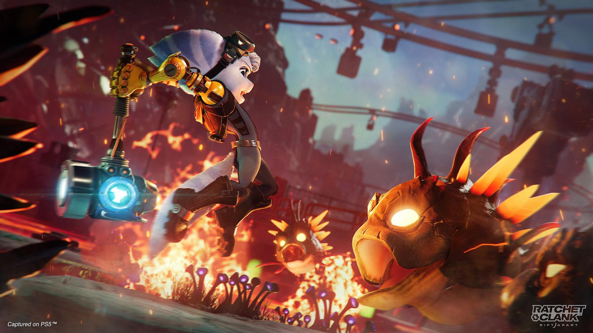 """Die Lombax-Frau Rivet geht mit einem Hammer auf ein Monster im Spiel """"Ratchet & Clank: Rift Apart"""" los."""