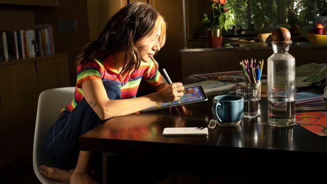 Frau nutzt iPad mit iPadOS 15 zum Zeichnen