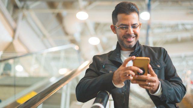 Mann nutzt sein iPhone am Flughafen als Pass