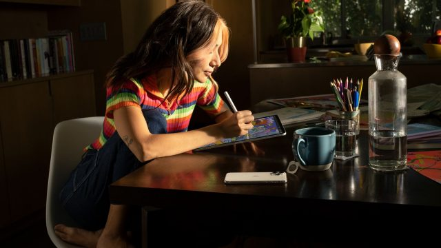 Frau zeichnet auf dem iPad.