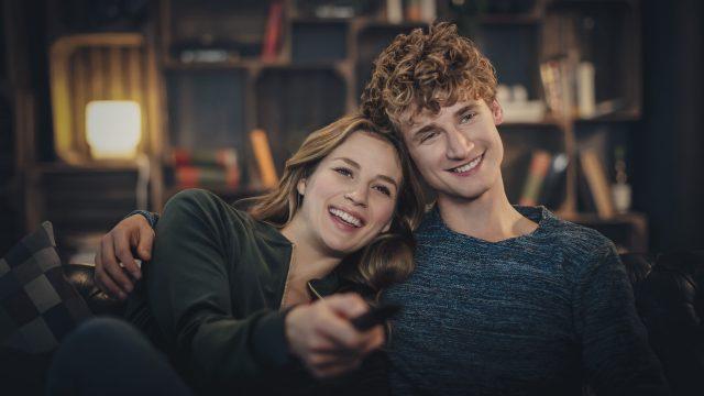 Ein Paar schaut gemeinsam Vodafone TV