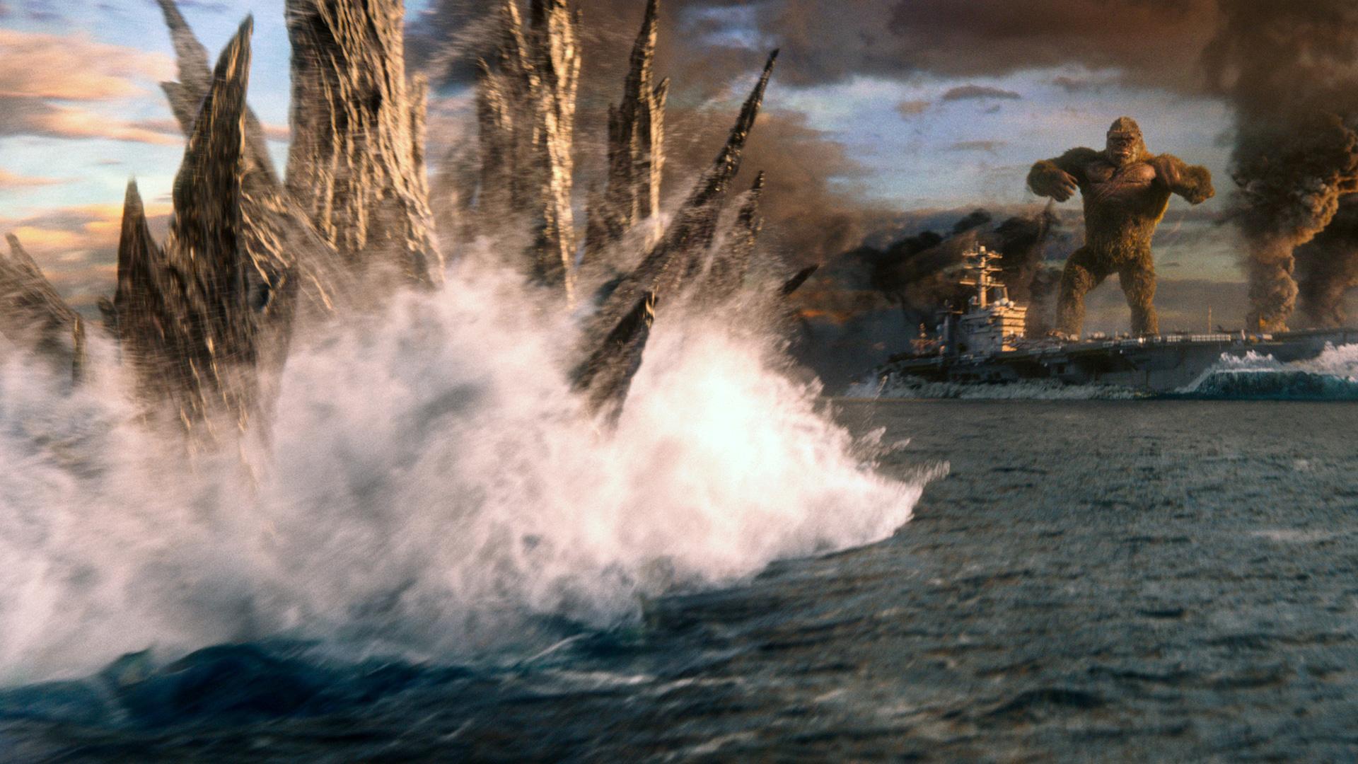 Godzilla und Kong kämpfen auf dem offenen Meer