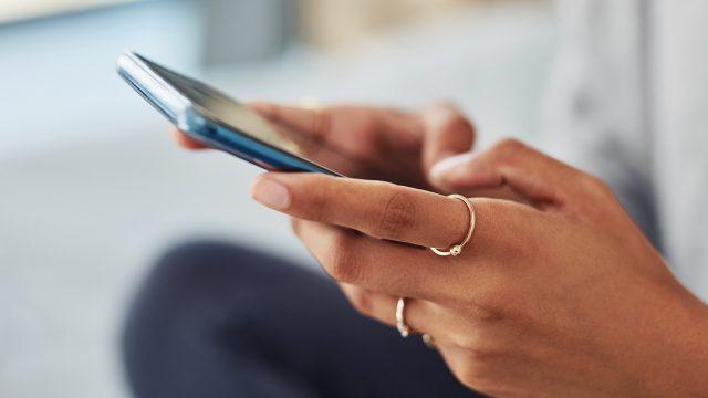 Frau mit Android-Smartphone nutzt Zwischenablage