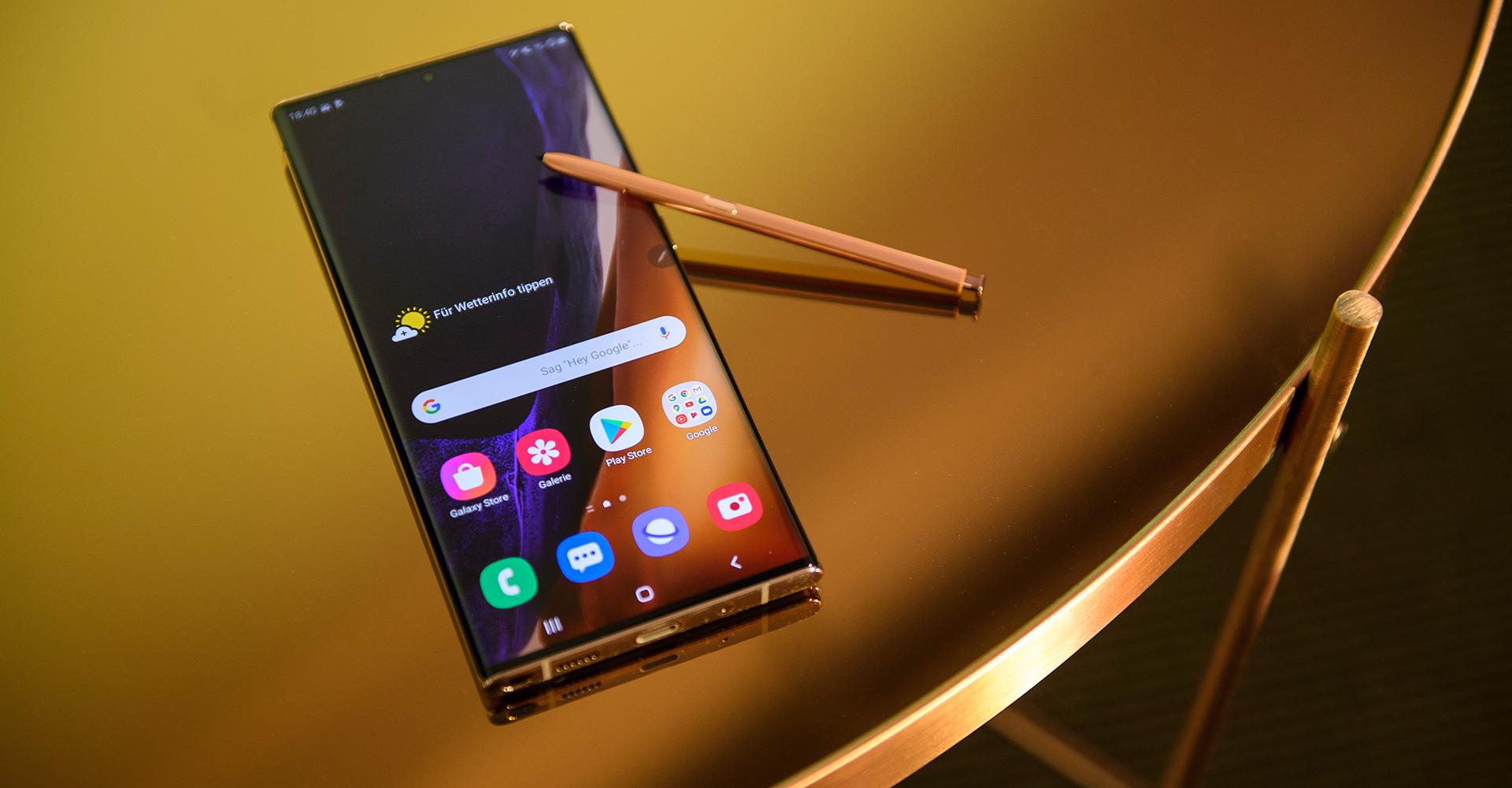 Galaxy Note20 Ultra mit S Pen auf spiegelndem Tisch