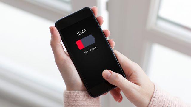 Frau muss ihren iPhone-Akku kalibrieren