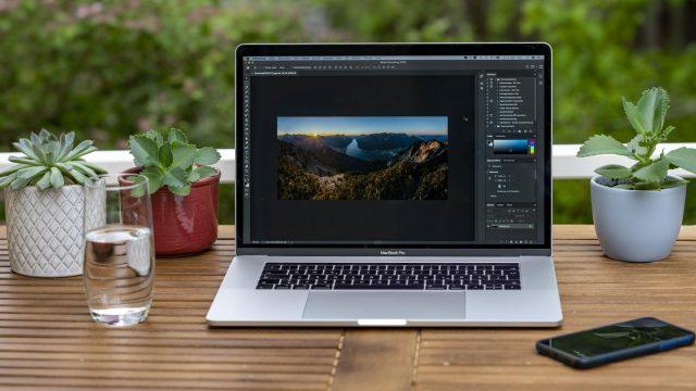Apple MacBook Pro steht auf einem Schreibtisch.
