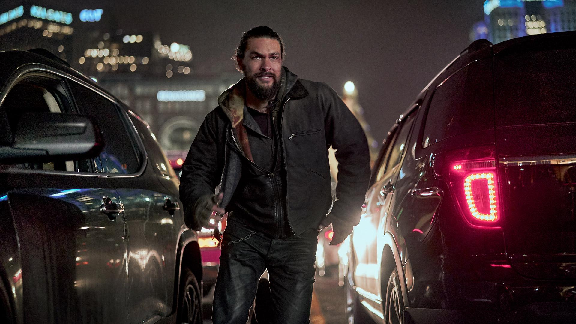 """Ray Cooper (Jason Momoa) rennt zwischen zwei Autos im Thriller """"Sweet Girl"""" hindurch."""