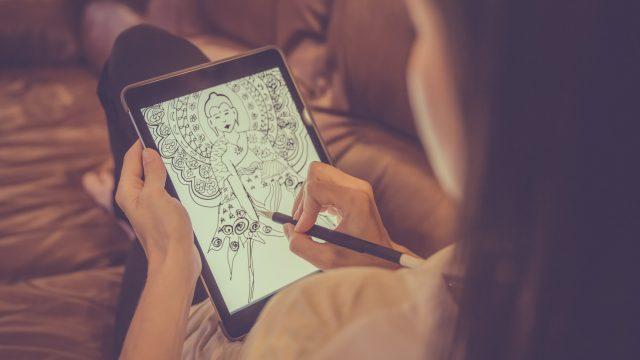 Frau nutzt statt Procreate für Android eine andere Zeichen-App.