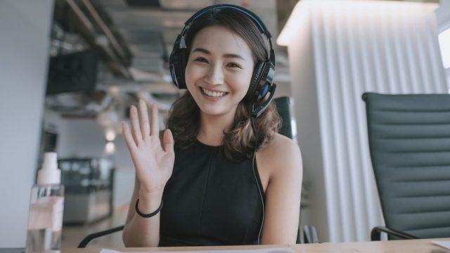 Frau im Kamerabild einer Webcam.