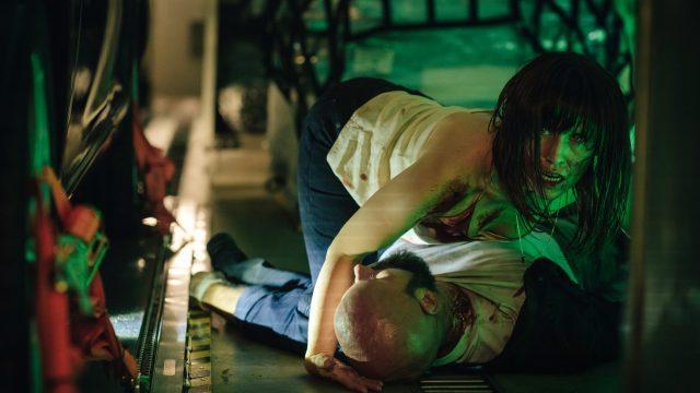 Nadja kämpft im Netflix-Thriller Blood Red Sky gegen einen anderen Menschen