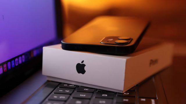 iPhone 12 liegt auf der Verpackung.