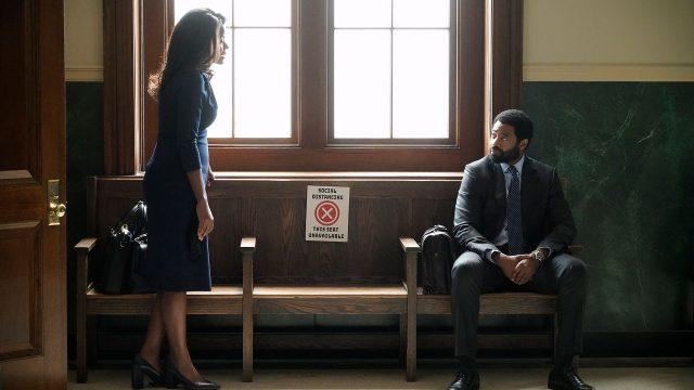 Ein Mann und eine Frau unterhalten sich auf dem Gang eines Gerichts