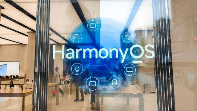Logo für Harmony OS in einem Huawei-Shop in China