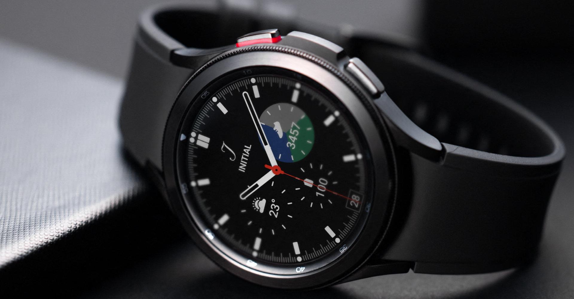 Galaxy Watch4 Classic in Schwarz auf der Seite liegend