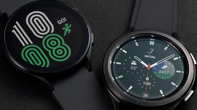 Galaxy Watch4 und Watch4 Classic in Schwarz nebeneinander