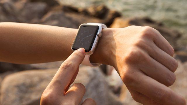 Frau ändert auf ihrer Apple Watch das Zifferblatt