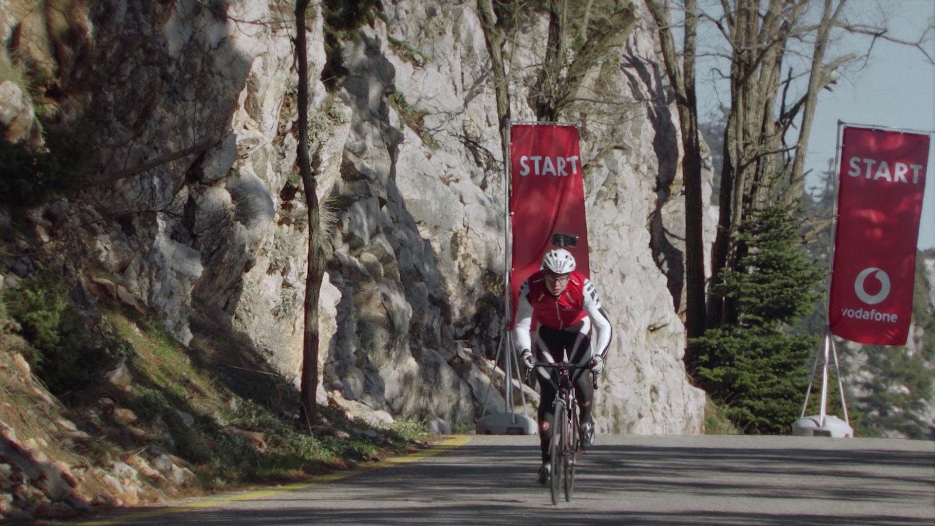 Der sehbehinderte Tandem-Sportler Christos Sandalakis beim Start des 5G Speed Stunts