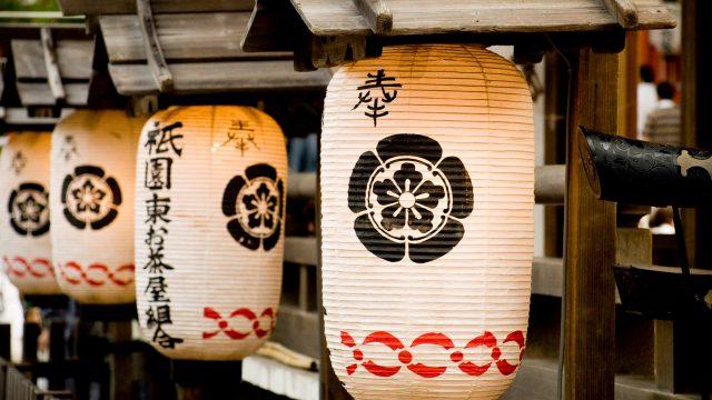 Zwei japanische Lampions hängen an einem Schrein in Tokyo.