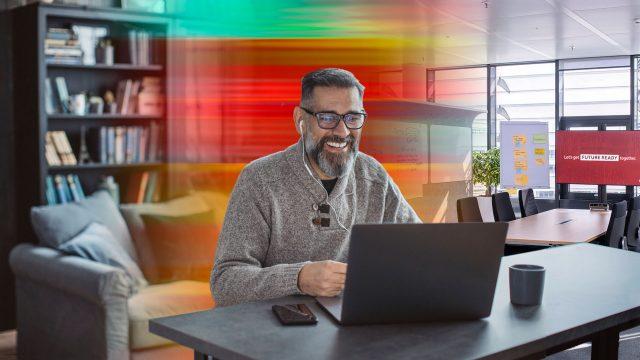 Ein Mann arbeitet an seinem Laptop