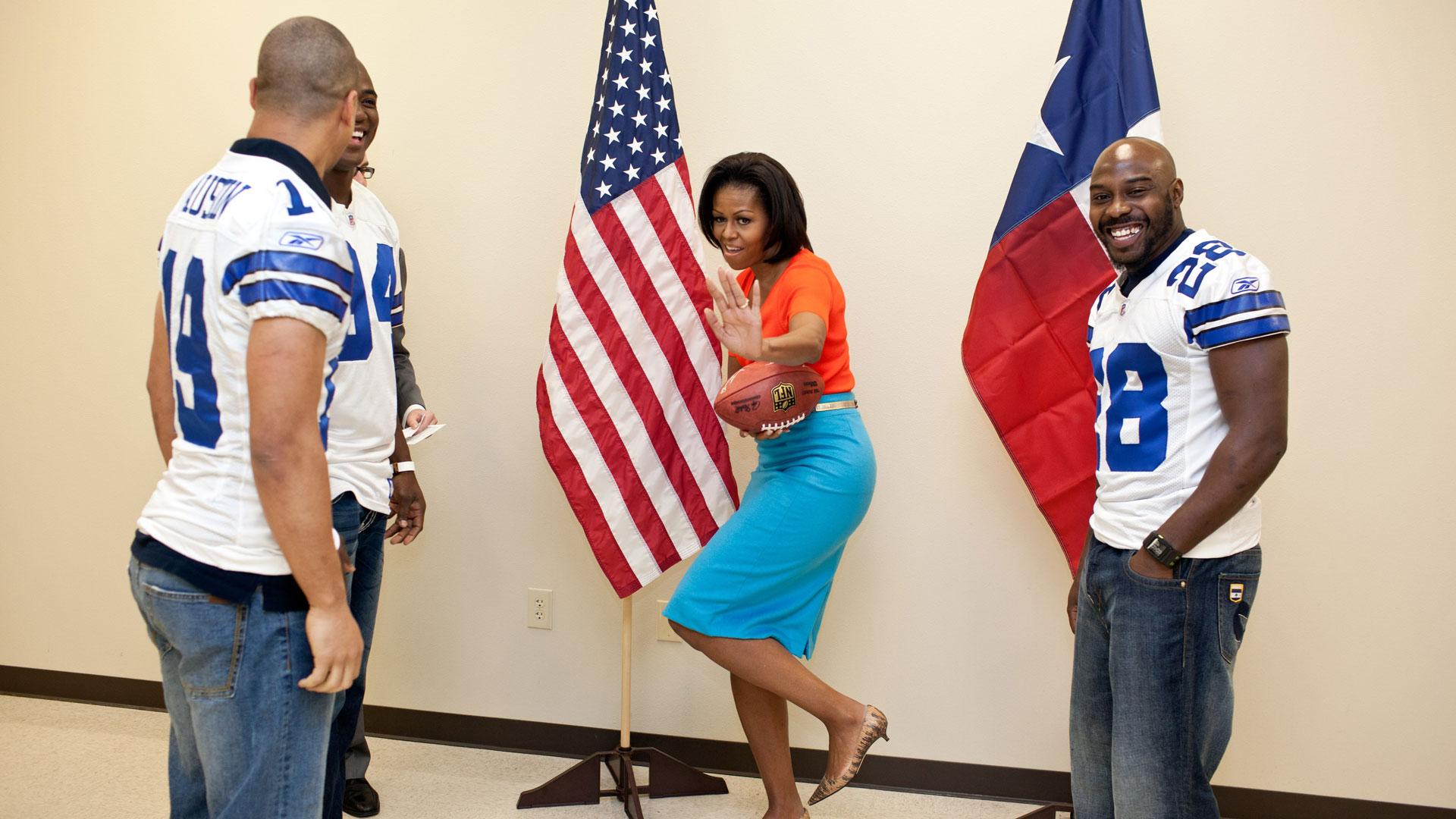 """Michelle Obama mit einem Football im Interview- und Porträt-Format """"First Ladies – Frau. Macht. Politik."""""""