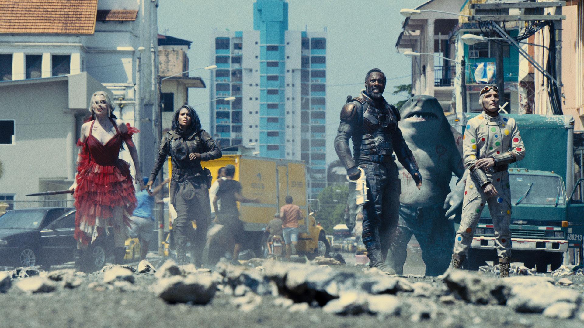 """Fünf Superschurk:innen stehen auf einer zerstörten Straße im Film """"The Suicide Squad"""""""