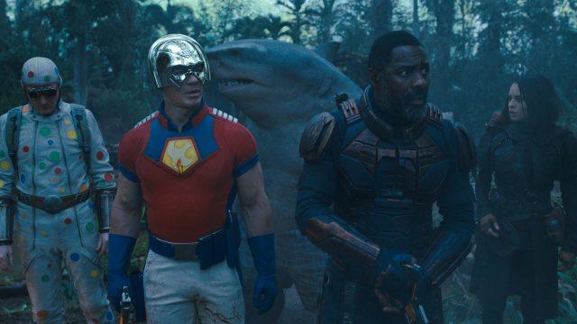 """Fünf Superschurk:innen stehen in einem Dschungel im Film """"The Suicide Squad"""""""