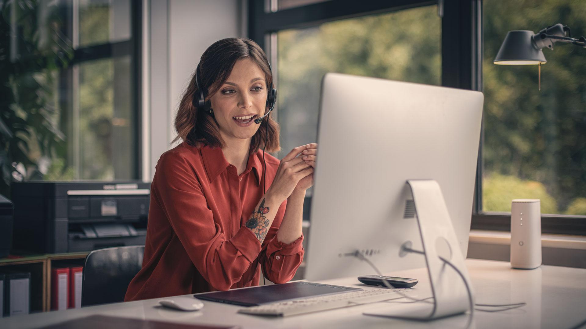 Eine Frau arbeitet am Computer