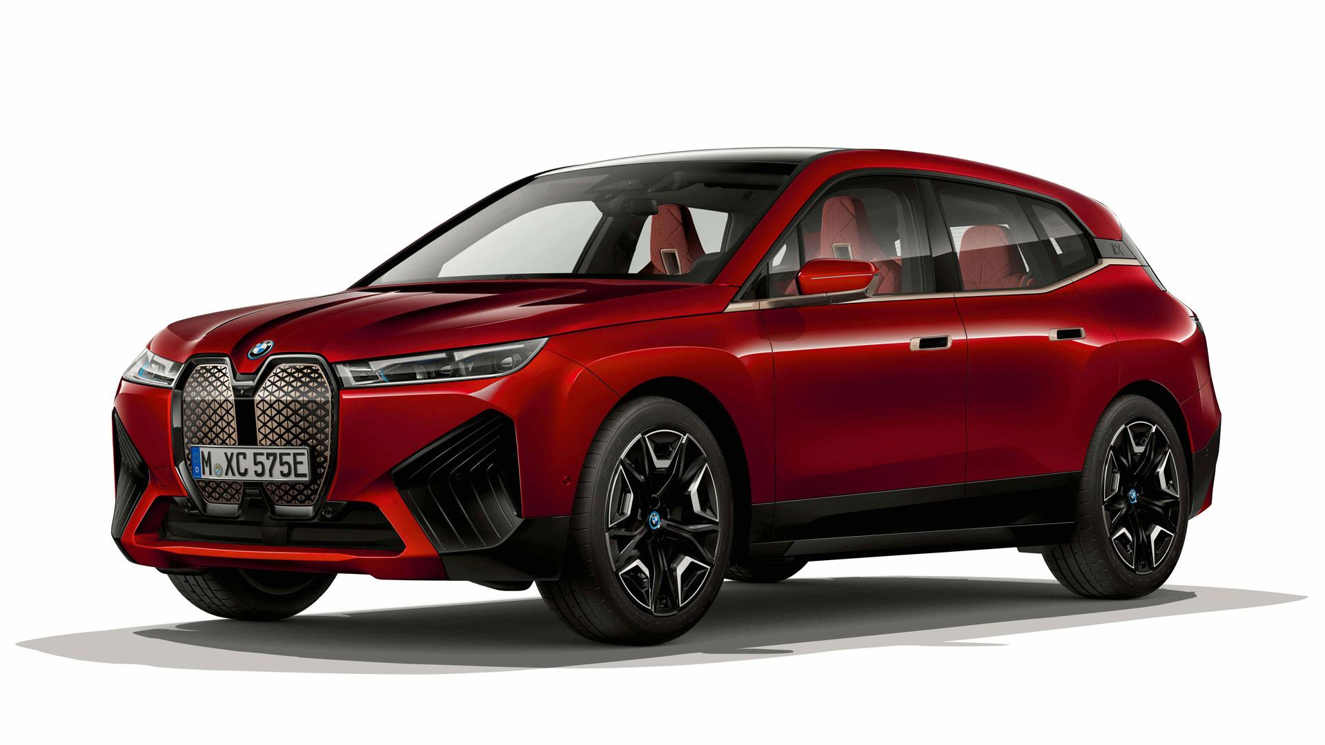 Der neue Elektro-SUV BMW iX vor einem weißen HIntergrund