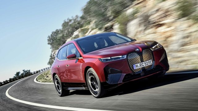 Der neue Elektro-SUV BMW iX bei der Fahrt