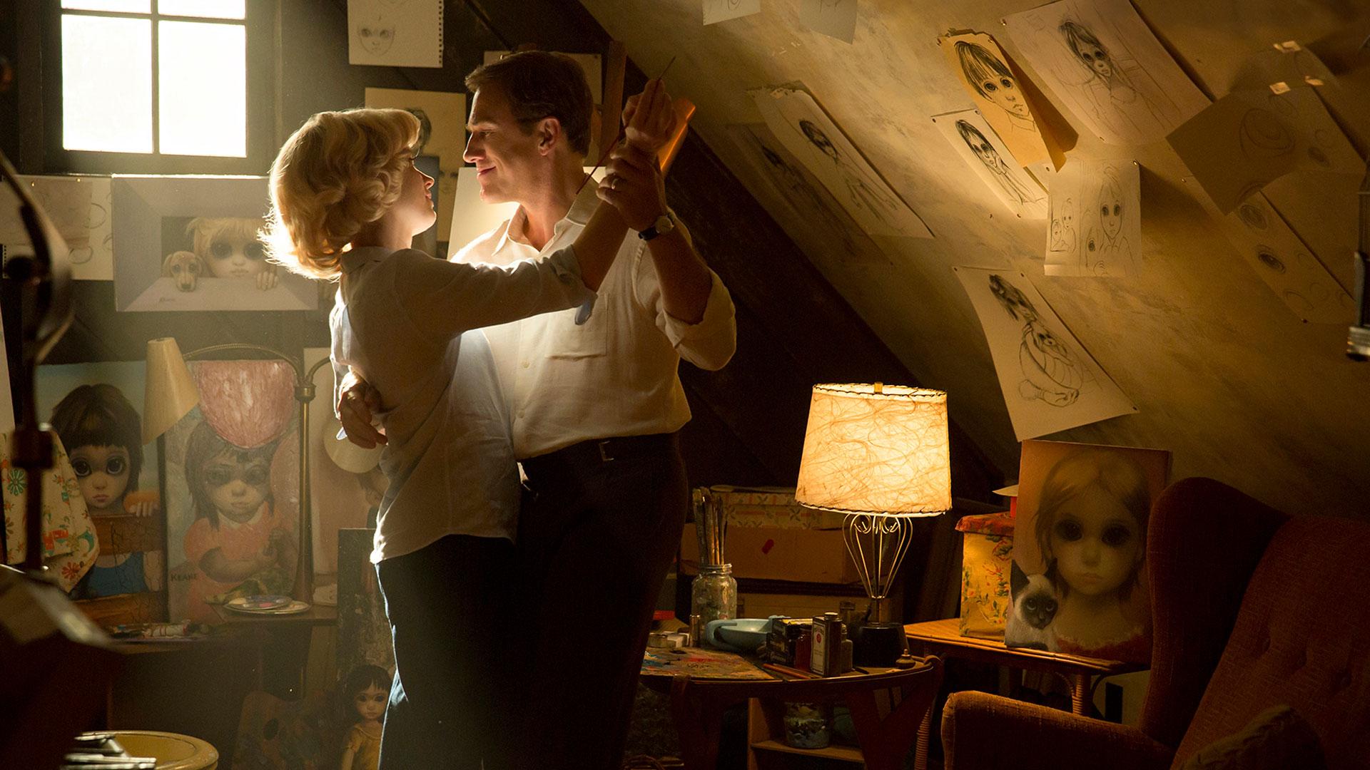"""Ein Paar tanzt auf dem Dachboden im Film """"Big Eyes"""""""