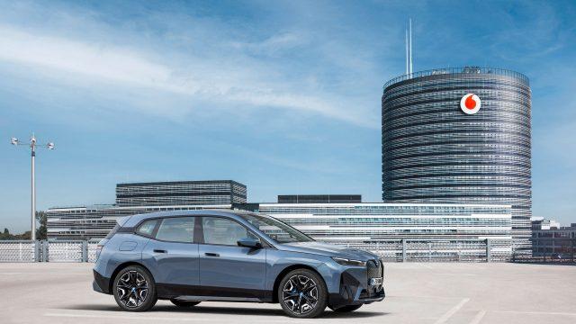 Ein BMW iX steht vor dem Vodafone-Tower in Düsseldorf.