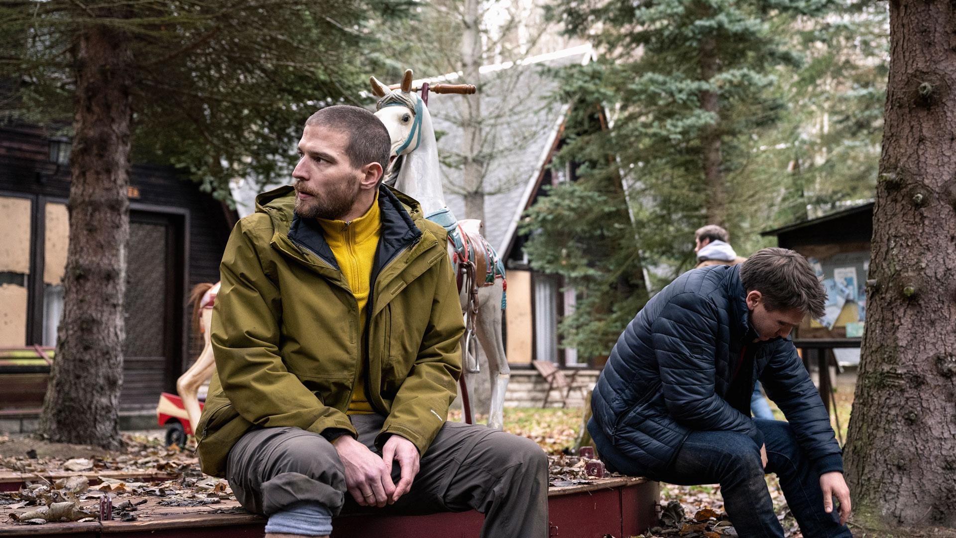 """Peter (Robert Finster) und Albert ( Hanno Koffler) sitzen in einem verlassenen Wald im Netflix-Thriller """"Prey""""."""