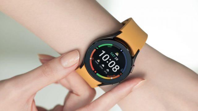 Eine Frau trägt die Galaxy Watch4 am Handgelenk
