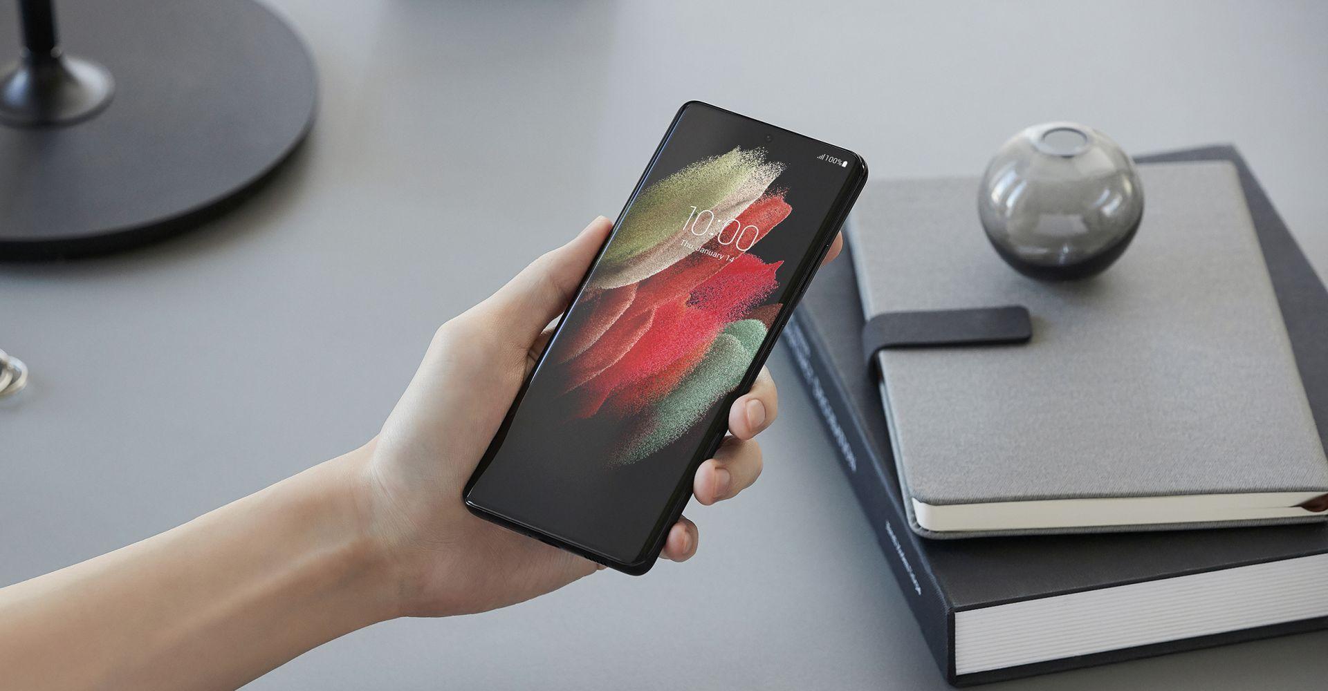 Hand hält das Samsung Galaxy S21 Ultra.