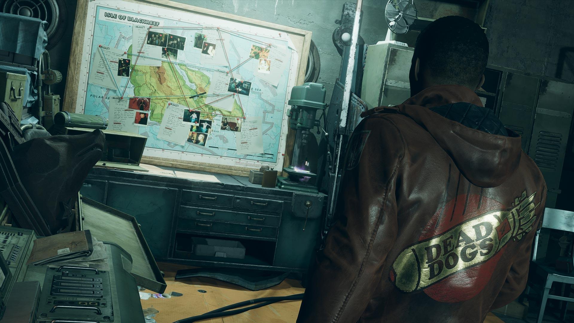 Ein Mann schaut auf eine Karte im Spiel Deathloop