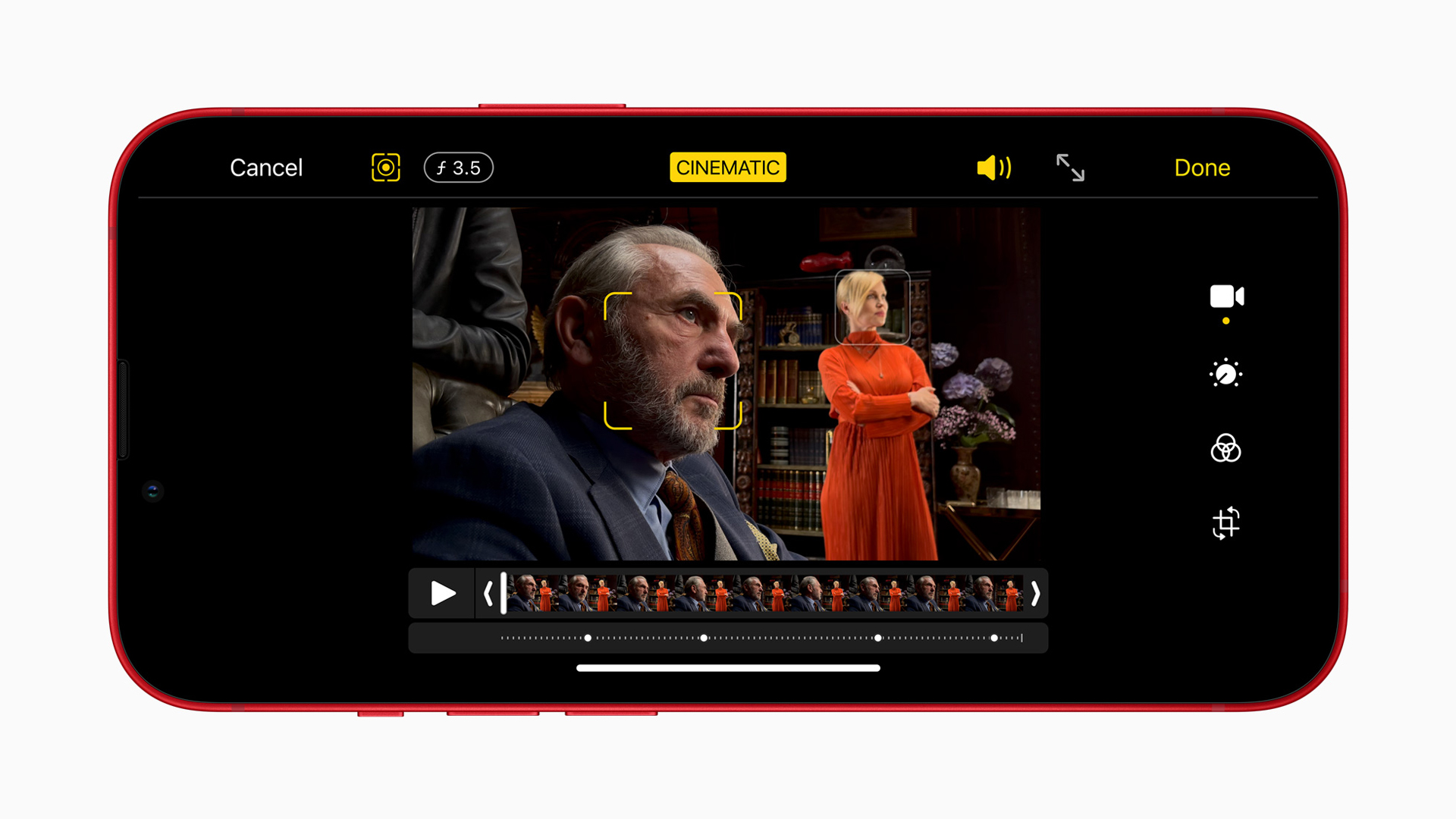 Der Kinomodus des iPhone 13 mini und iPhone 13 zeigt einen Mann nah sowie eine Frau im Hintergrund.
