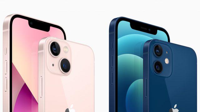 iPhone 13 und iPhone 12 nebeneinander mit Vorder- und Rückseite