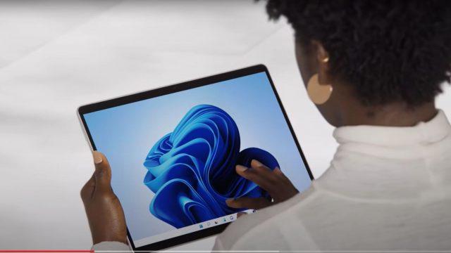 Frau hält Surface Pro 8 in den Händen.