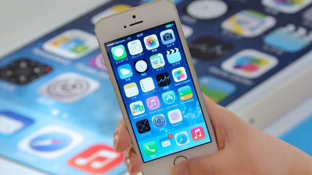 Hand hält iPhone 5s mit Daumen auf Fingerabdrucksensor
