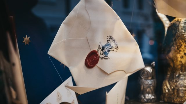 Ein Brief für die Hogwarts-Schule in einem Schaufenster in London.