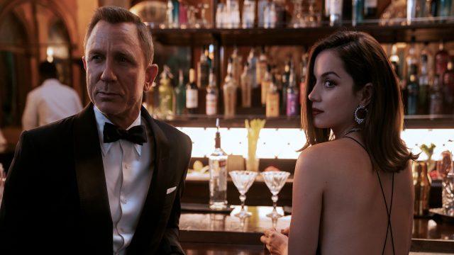 James Bond (Daniel Craig) und die Agentin Paloma (Ana de Armas) sitzen an einer Bar.