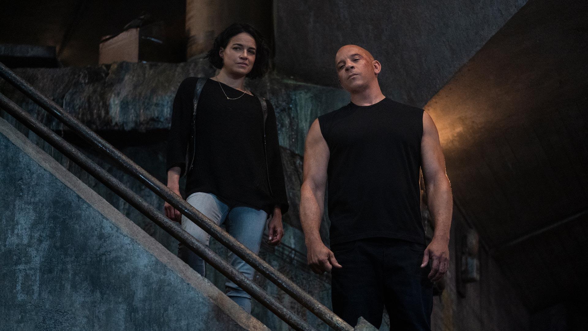Letty und Dom stehen auf einer Treppe