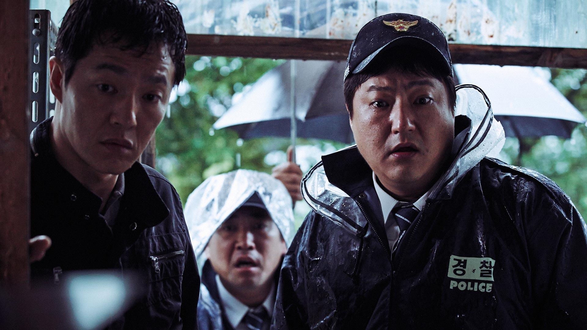 Drei Kriminalbeamte kommen an einen Tatort im Film The Wailing
